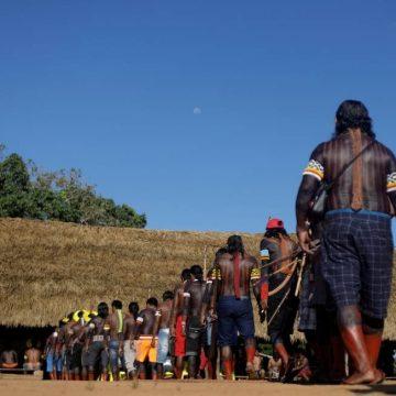 Bolsonaro 'se aproveita' da pandemia para eliminar indígenas, diz cacique Raoni