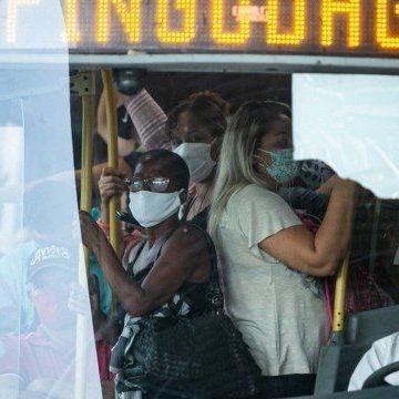 Ônibus e BRTs circulam lotados mesmo com determinação para redução de passageiros