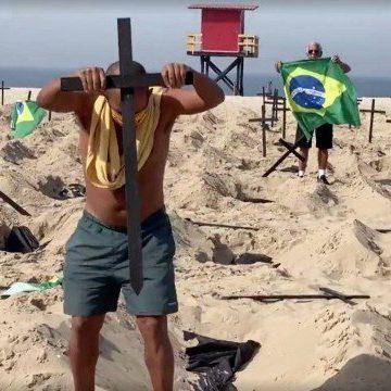 'Precisamos respeitar mais uns aos outros', diz taxista que recolocou cruzes derrubadas por pedestre em Copacabana