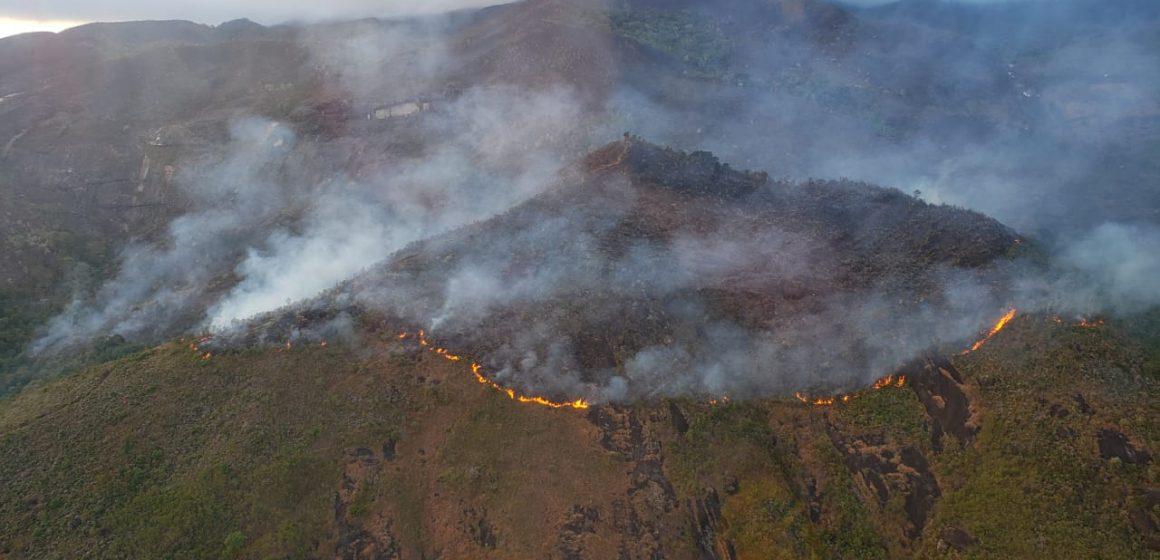 Bombeiros controlam incêndio causado por suspeito de tentar fraudar seguro