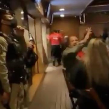 'Eu não vou embora'. Moradores da Barra lotam bares e cantam para expulsar fiscais