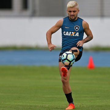Victor Luis tem desejo de voltar ao Botafogo, e clube tenta acerto com o Palmeiras