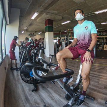 Fred volta aos treinamentos no CT do Fluminense após cirurgia no olho esquerdo