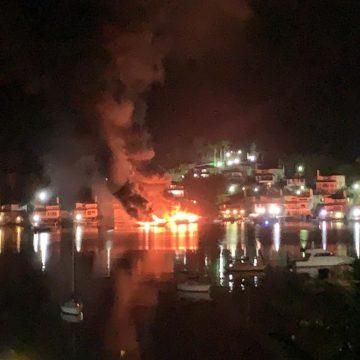 Lanchas pegam fogo em condomínio em Angra dos Reis, no RJ
