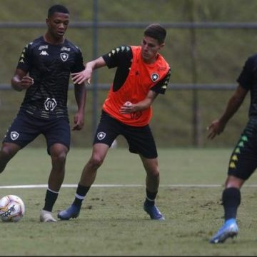 Filho de torcedor fanático pelo Botafogo, Maxuel realiza sonho em treinos com o time profissional