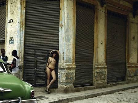 FOTÓGRAFO REVELA BASTIDORES DE REGISTRO EM QUE NANDA COSTA APARECE SEMINUA NAS RUAS DE CUBA: 'JOGOU O ROUPÃO