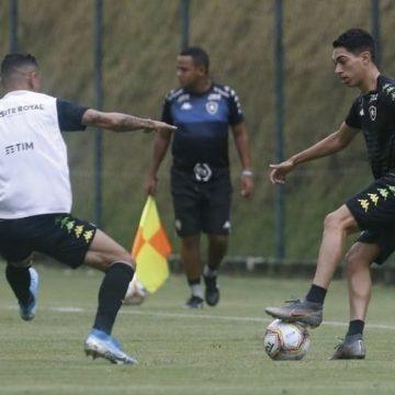 Time árabe tenta levar Hugo para testes, mas Botafogo não libera; promessa agrada em treinos