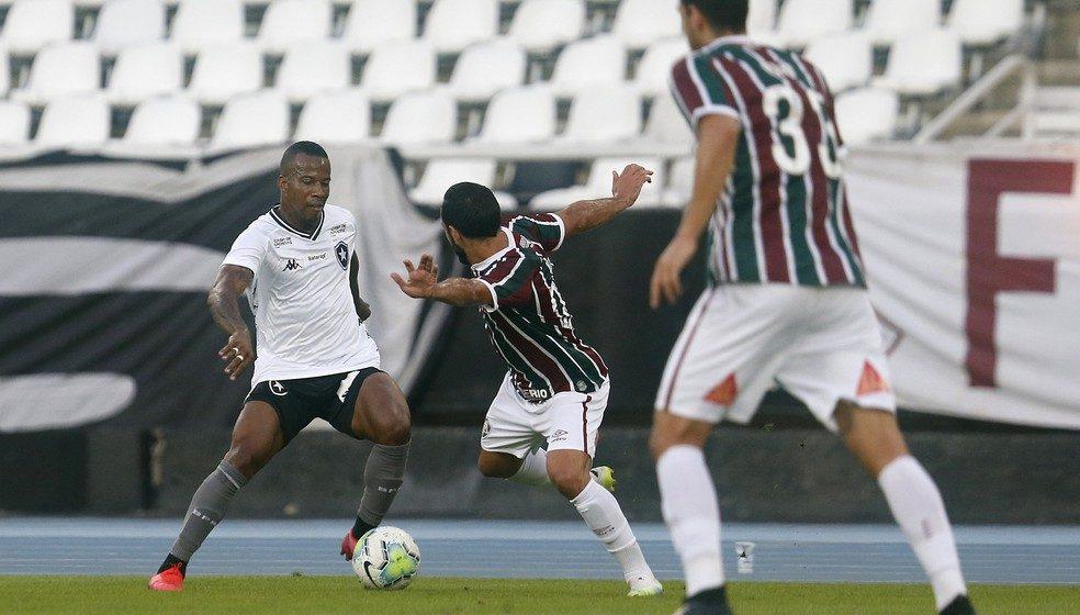 Meia na base e testado no ataque na Europa, Guilherme Santos aprova improviso no Botafogo
