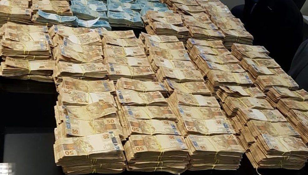 MP acha milhões de reais em dinheiro em casa do ex-secretário de Saúde do RJ Edmar Santos