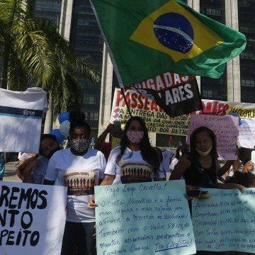 Sem receber auxílio-merenda prometido por Crivella, mães de alunos fazem protesto em frente à prefeitura
