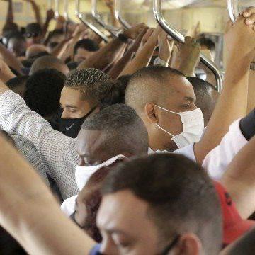 Redução de trens faz passageiros viajarem espremidos em vagões lotados e fora do horário