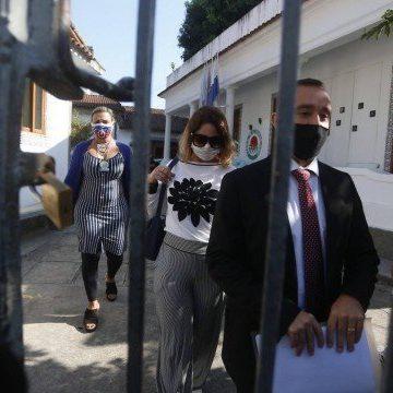 Em prisão domiciliar, mulher de Queiroz coloca tornozeleira eletrônica