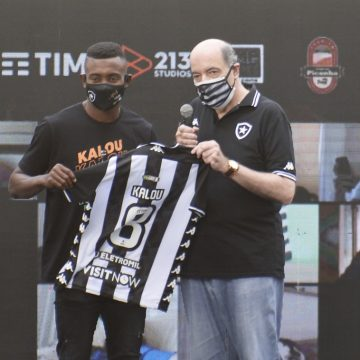"""Kalou veste a camisa 8 do Botafogo e revela conversas com Seedorf: """"Me influenciaram"""""""