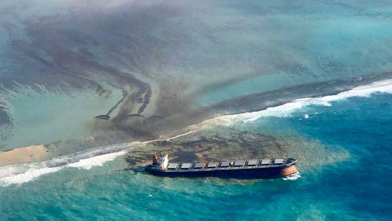 Vazamento de óleo nas Ilhas Maurício: navio japonês se parte em dois