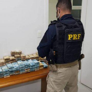 PRF apreende quase R$ 1 milhão em fundo falso de carro de luxo na Dutra