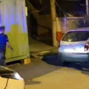 Motorista de van agride a namorada e a empurra para fora de seu carro