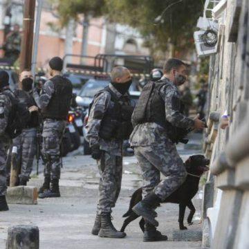 Moradores do São Carlos denunciam PMs por invasão de casas e roubos em comércios