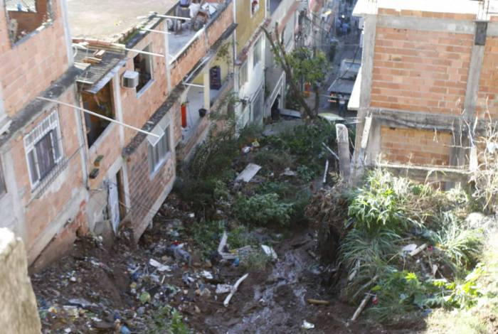 Deslizamento de encosta causa destruição e atinge 12 casas no Morro da Mangueira