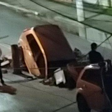 Carro cai em cratera em avenida de São Gonçalo, no RJ