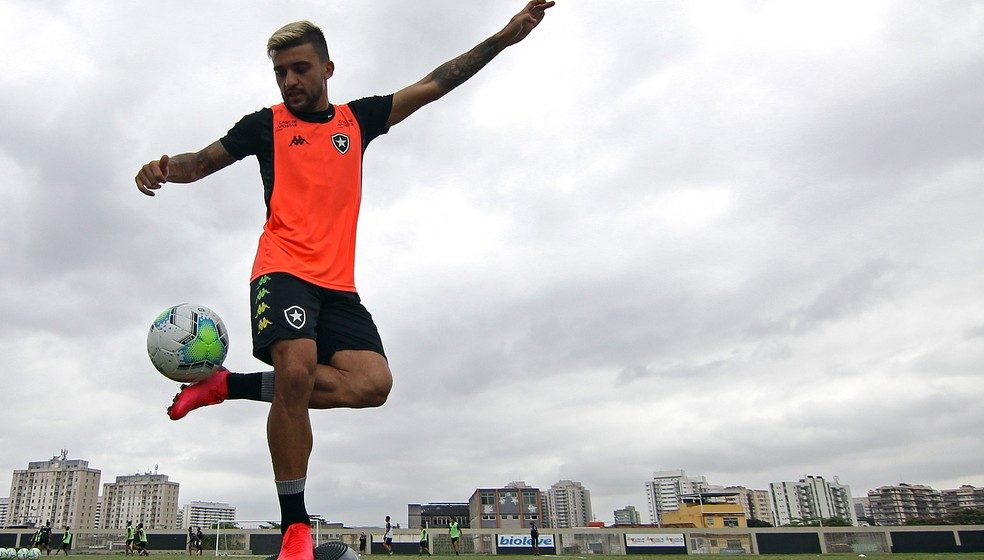"""Victor Luis se declara ao Botafogo, revela bastidores da volta e elogia Luis Henrique: """"Tanque de guerra"""""""