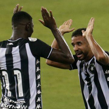 Botafogo se mantém fiel a sua estratégia, vence a primeira no Brasileirão e tira Atlético-MG da liderança