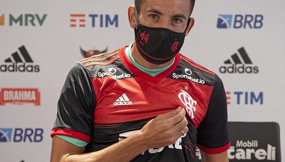 Isla revela conversa com Vidal sobre o Flamengo e se coloca à disposição de Dome para estrear contra o Santos