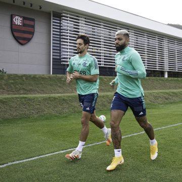 Rodrigo Caio e Gabigol realizam parte de treino com elenco do Flamengo; dupla ainda é dúvida contra o Santos
