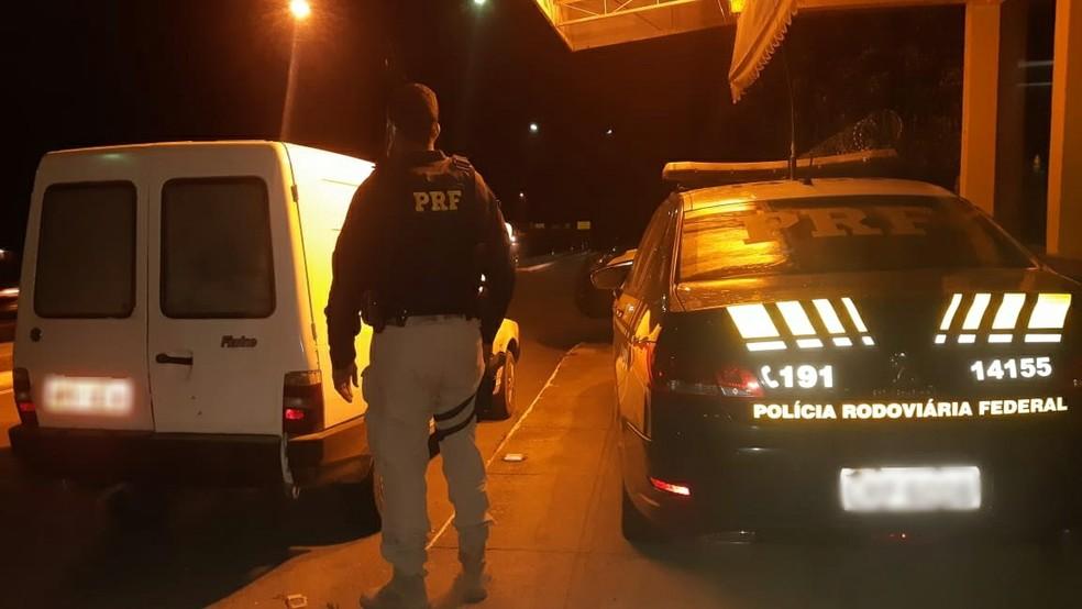 Carro roubado há dois anos é recuperado pela PRF na BR-116, em Teresópolis, no RJ