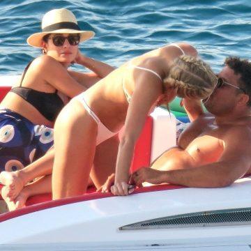 Ronaldo troca beijos com Celina Locks e curte passeio de barco com as filhas na Espanha