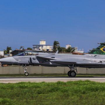 Caça Gripen faz primeiro voo em espaço aéreo brasileiro
