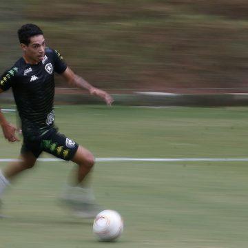 Saída de Danilo Barcelos abre espaço para Hugo, que é integrado ao elenco do Botafogo