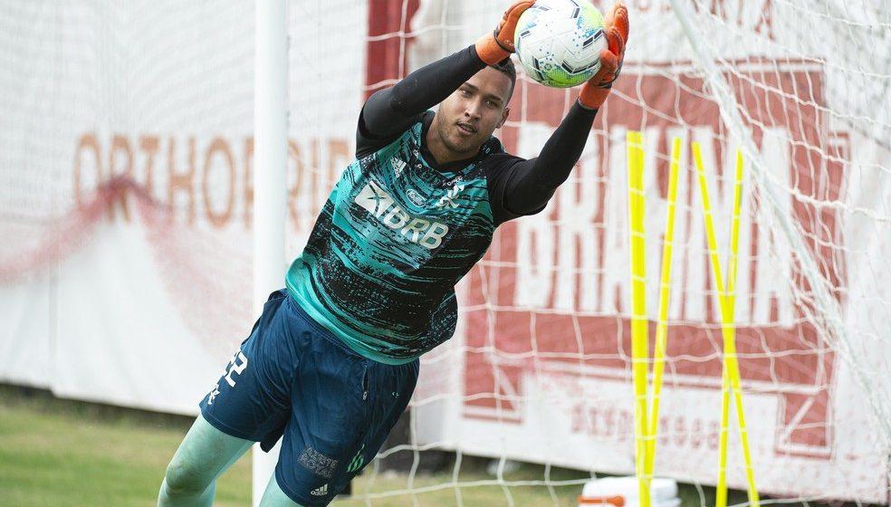 """Com apoio de veteranos do Flamengo, Gabriel Batista celebra sequência: """"Não estou aqui à toa"""""""