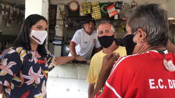 Fernanda Ontiveros, pré-candidata a prefeita de Japeri, vai ao bairro Delamare ouvir à população