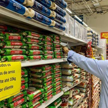 Preço do arroz e feijão pesa mais no orçamento das famílias ameaçadas pela fome