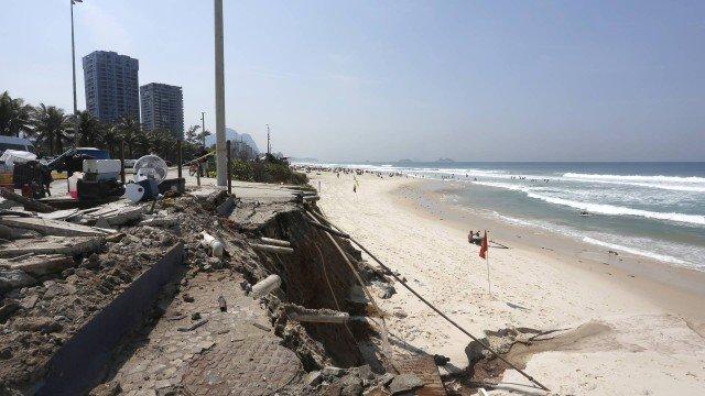 Quiosques são removidos por risco de desabamento e donos reclamam de falta de conservação na Praia da Barra