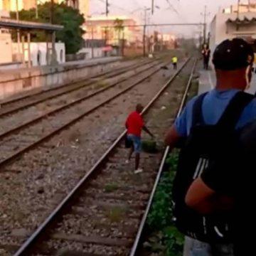 Criminosos armados de fuzil assaltam trem da SuperVia e passageiro se fere