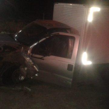Três pessoas morrem após carro desviar de capivara e bater em caminhão na RJ-160, em Cantagalo