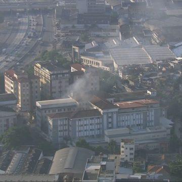 Bombeiros trabalham há quase 48 horas no rescaldo do incêndio que atingiu o Hospital Federal de Bonsucesso