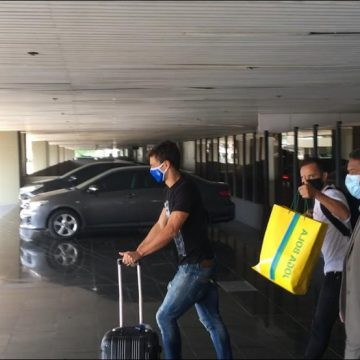 Everton Ribeiro e Rodrigo Caio, do Flamengo, chegam ao Rio de Janeiro após jogos com a Seleção
