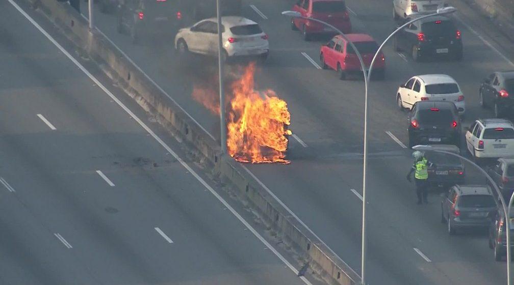 Veículo pega fogo na Linha Vermelha