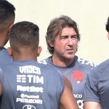 Papo, bola, posicionamento e observação: Sá Pinto deixa boa impressão após treino do Vasco
