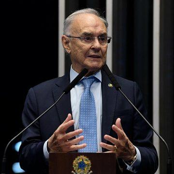 Senador Arolde de Oliveira é internado com Covid-19, diz assessoria