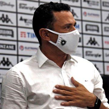 Botafogo dá prioridade a novo treinador, mas continua busca por reforços no mercado
