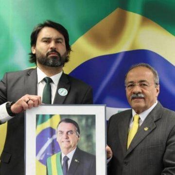BOLSONARO PRESSIONA LÉO ÍNDIO A PEDIR DEMISSÃO DE GABINETE DE SENADOR COM DINHEIRO NA CUECA