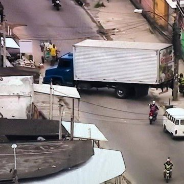 Operação na Vila Aliança tem morador e suspeito mortos; barricadas com ônibus e caminhões isolam a região