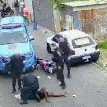 Jovem é agredido por policiais militares quando voltava da padaria de moto em Petrópolis