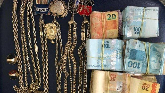 Chefe do tráfico na Região Serrana do Rio é preso com dinheiro e joias de ouro em hotel de luxo, na Bahia