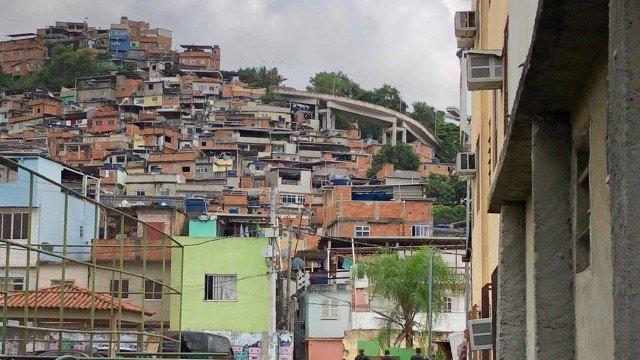 Quatro pessoas são baleadas durante intenso tiroteio no Morro da Mangueira