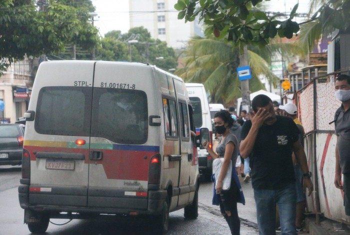 Vans ocupam espaços de pontos de ônibus em Santa Cruz