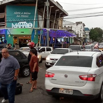 Colisão entre moto em dois carros na rua Cel. Fco. Soares Nova Iguaçu preocupa moradores comerciantes e clientes.